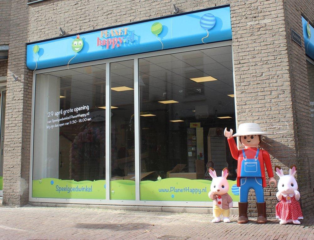 Planet happy Planet Happy is een speelgoedwinkel vol beleving en kwaliteitsspeelgoed in centrum Arnhem. er kan rustig rondgekeken worden in ons brede assortiment met onder andere merken als BRIO, Haba, Djeco en Plantoys. Hier vindt je altijd iets leuks voor ieder kind! www.plannethappy.nl