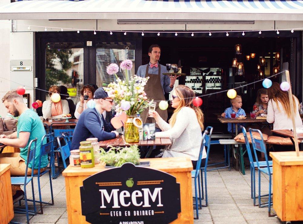 MeeM Vlakbij centraal station Arnhem vind je MeeM Eten en Drinken. Bij MeeM kun je terecht voor heerlijke en unieke burgers,hotdogs en per seizoen wisselende gerechten. MeeM maakt gebruik van eerlijke, lokale en seizoensgebonden producten waarbij de kwaliteit altijd voorop staat. www.meemetenendrinken.nl