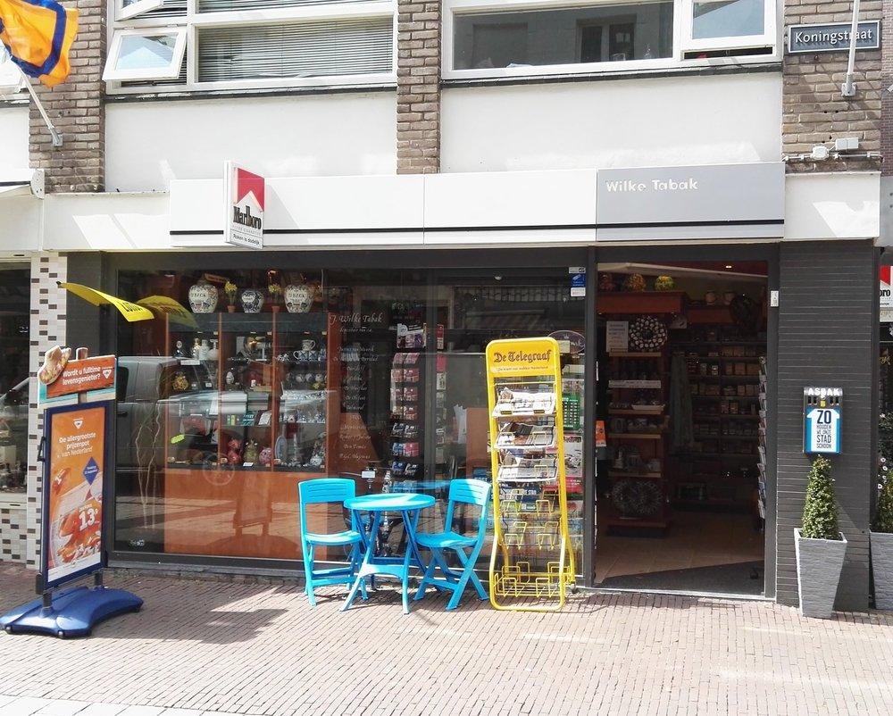 Wilke tabak Een begrip in Arnhem als het gaat om sigaren. Met een ruim assortiment aan o.a.;sigaretten, asbakken, aanstekers, tabak, pijpen en alles wat u maar meer kunt bedenken op het gebied van rook verwante artikelen.Sigaren zijn echter een specialisatie. Dit laat dan ook niets te wensen over. www.wilketabak.nl