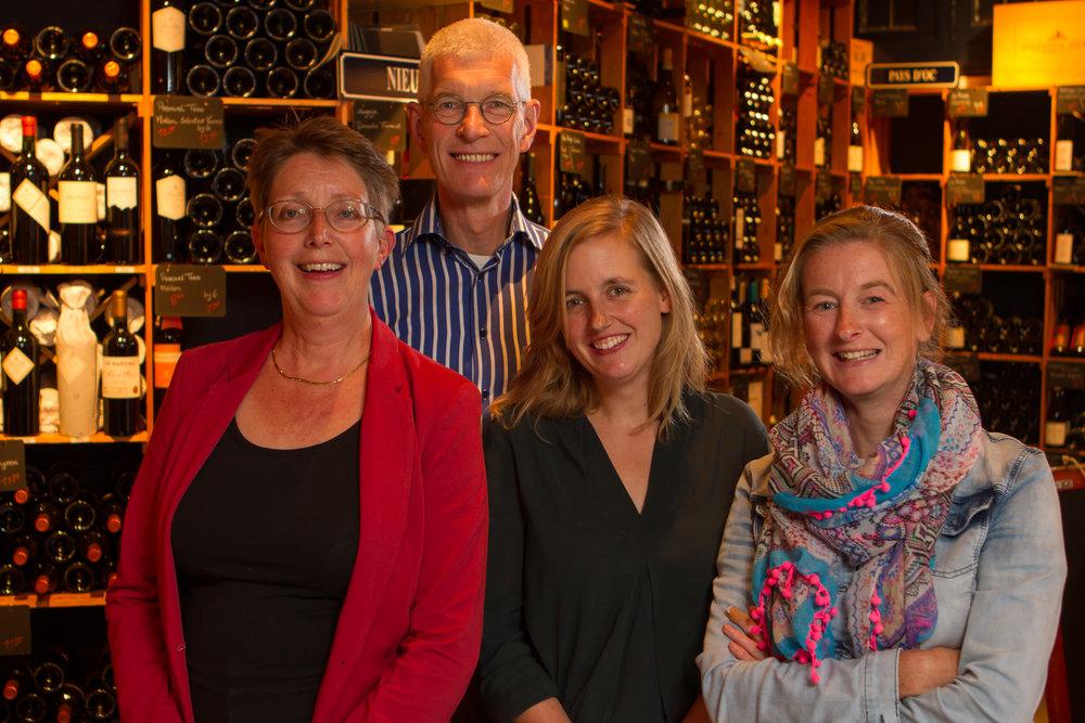 Wijnkoperij Henri Bloem Al 20 jaar gevestigd aan de Amsterdamseweg, met parkeergelegenheid pal voor de deur. Met bijna 1000 wijnen in het assortiment is dit een snoepwinkel voor mensen die van een lekker glaasje wijn houden. En nog heel betaalbaar ook. Door de ontspannen sfeer en het persoonlijke advies wordt wijn kopen een feestje. Loop gewoon eens bij ons binnen. www.henribloem.nl/arnhem
