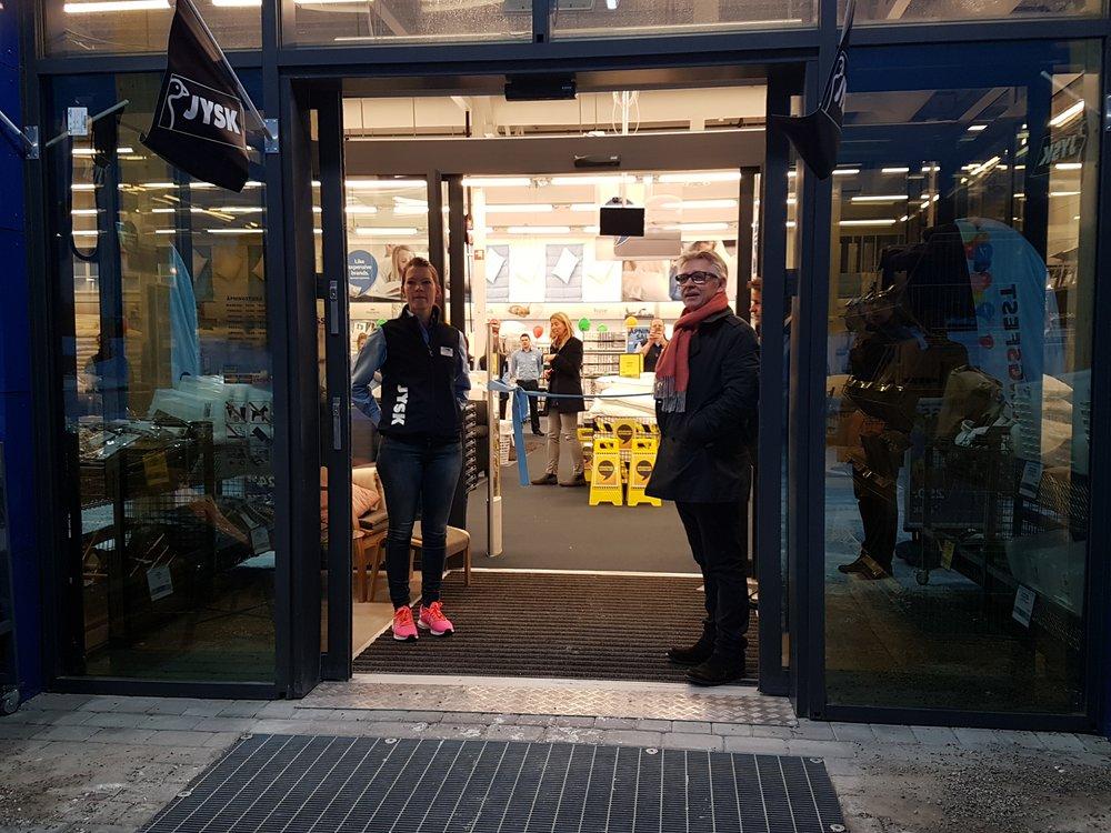 Rolf-Harald og butikksjefen for Jysk