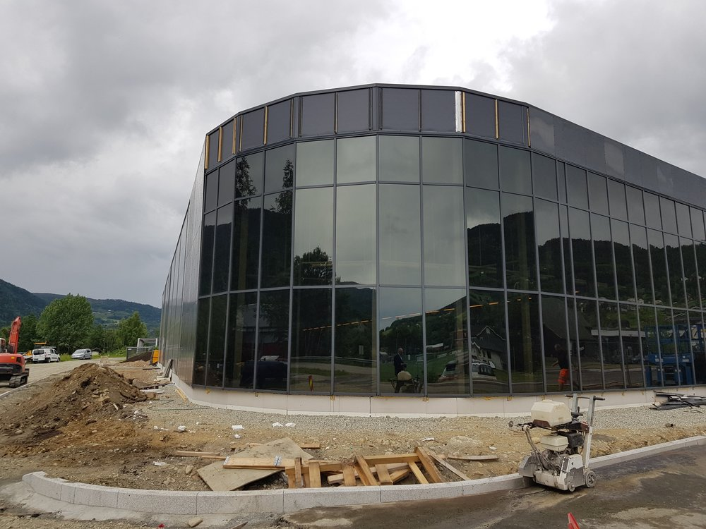 Det gjøres mye for å skape en fin fasade på den nye Kiwi forretningen. I denne svingen og langs nedre side blir det investert stort i beplantning og trær for å skape et fint miljø.