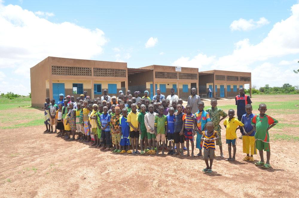 Skolebarn i forkant av ny skole, Burkina Faso