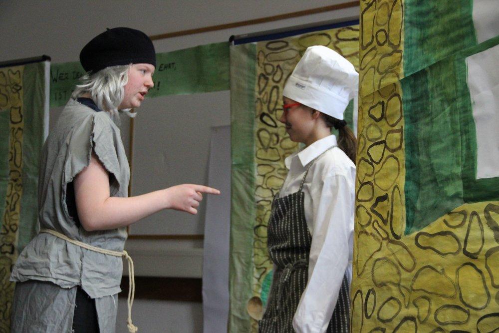 Klasse 7d: (2013): Der Goldtopf des Geizigen (ein Theaterstück nach Plautus' Aulularia und Molières Avare) (Foto: Caroline Schopper)