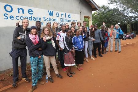Gruppenbild vor Schule-2_bearb.jpg