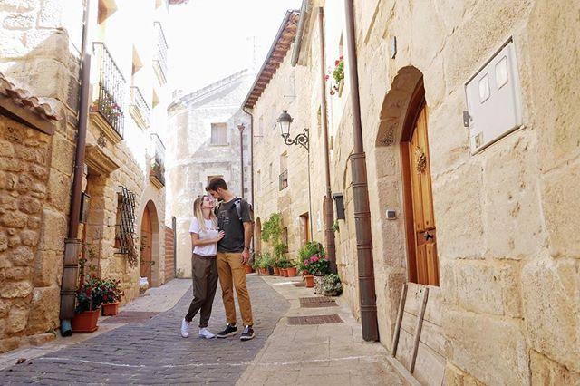 Entre bodegas y viñedos nos encontramos el pueblo de Labraza. 🍷 Se trata de un antiguo pueblo medieval amurallado, con 200 habitantes y unas callejuelas preciosas.🔝 ¿Conoces otros pueblos como este en La Rioja? 🌍Link en la bio de la ruta por la Rioja. . . #somostravelholics . . #larioja #logroño #lariojaapetece #spain #vino #wine #lariojaturismo #travel #travelgram #photooftheday #viajes #redwine #instagood #travelblogger #instatravel #photography #winelover #riojaalavesa #instaphoto