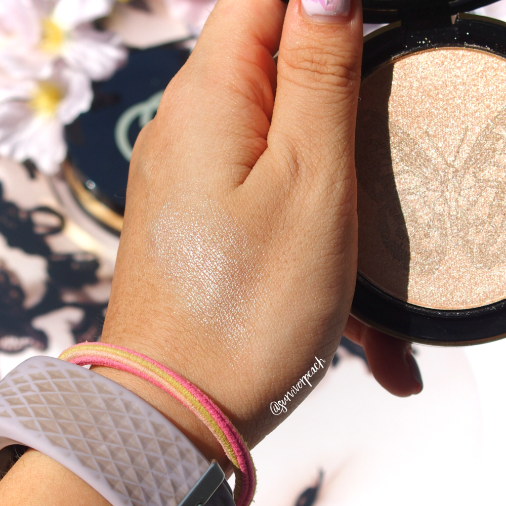 Swatches of the Gucci Illuminating Powder in Sunstone