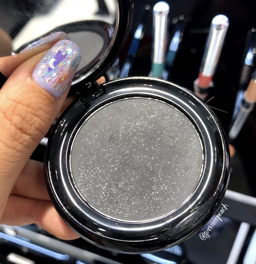 Marc Jacobs Beauty O!Mega Gel Powder Eyeshadow in Dynam-O!.