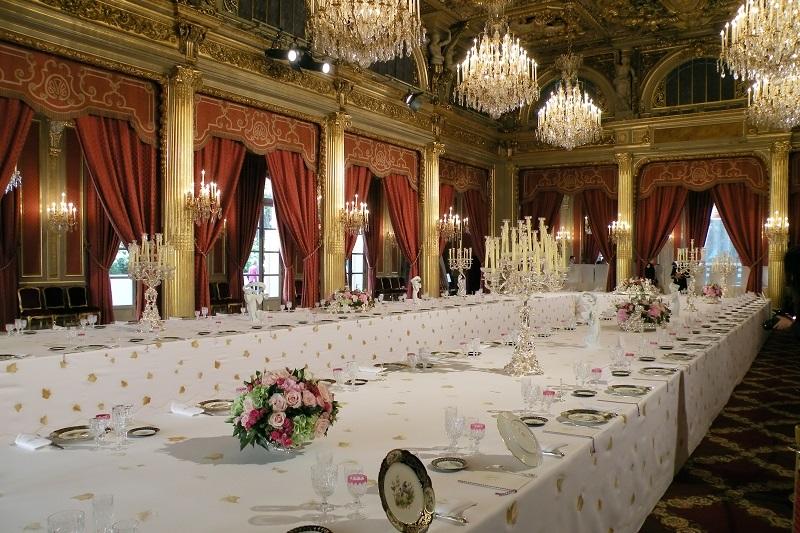Table dressée dans la Salle des fêtes de l'Élysée (Crédits : CC/Chatsam)