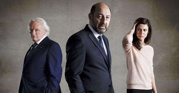 De gauche à droite : Niels Arestrup qui incarne Francis Laugier dans la série Baron noir, Kad Merad qui incarne Philippe Rickwaert et Anna Mouglalis qui incarne Amélie Dorendeu (crédit : production)
