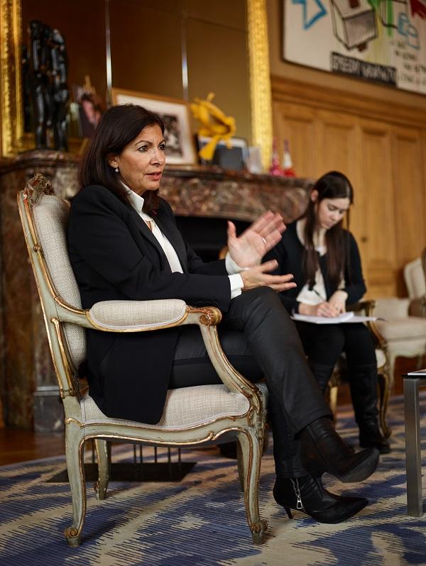 Anne Hidalgo dans son bureau à l'Hôtel de ville, pendant l'interview avec la rédaction d'Émile (Crédits photo:Manuel Braun)
