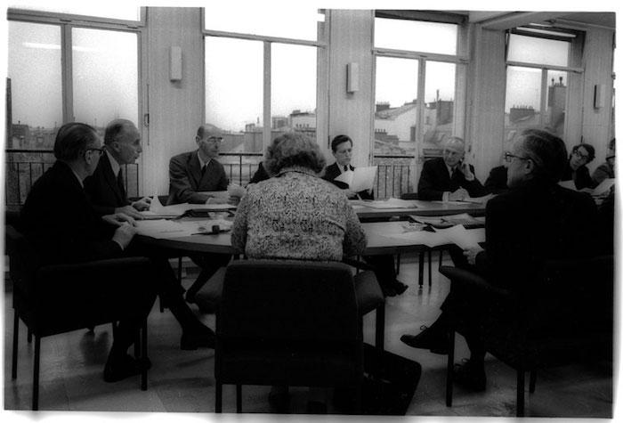 Réunion de la commission paritaire au dernier étage du 30, rue Saint-Guillaume, en 1972. De gauche à droite : François Goguel, Jacques Chapsal, René Henry-Gréard, Claude Jourdan, Paul Delouvrier et un représentant étudiant. (Photo : Daniel Legendre)