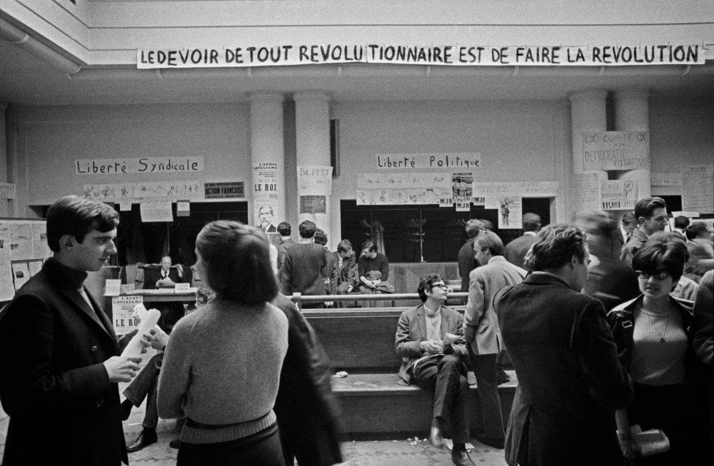 """Le hall d'entrée de Sciences Po (surnommé """"La Péniche"""") en Mai 68  (Crédit photo : Bruno Barbey)"""
