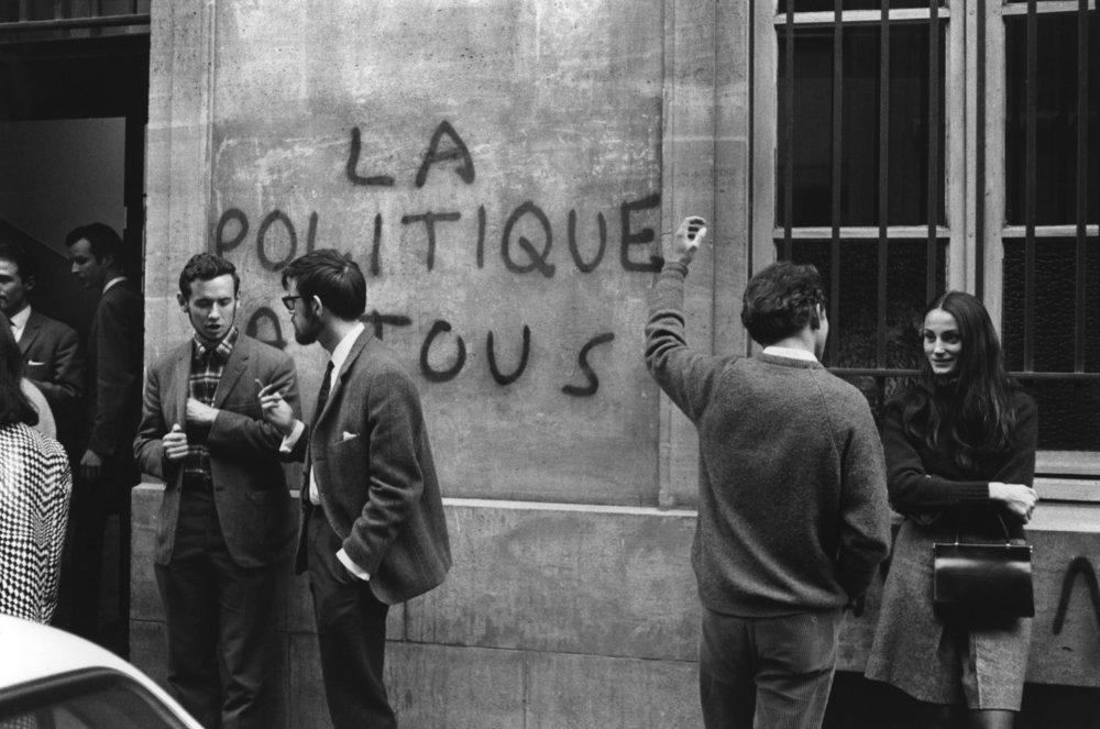 Devant l'entrée de Sciences Po, en Mai 68  (Crédit photo : Bruno Barbey)