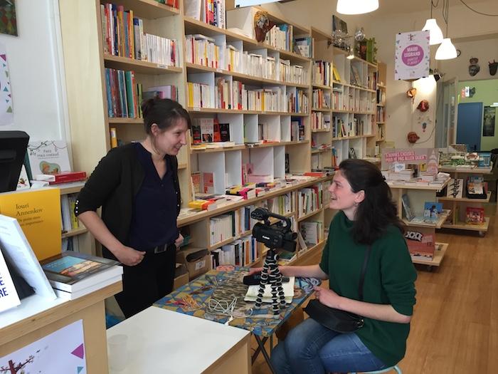 Rencontre avec Charlotte, malvoyante, tenancière de la librairie La vie devant soi, à Nantes  Crédits photo: Premiers pas