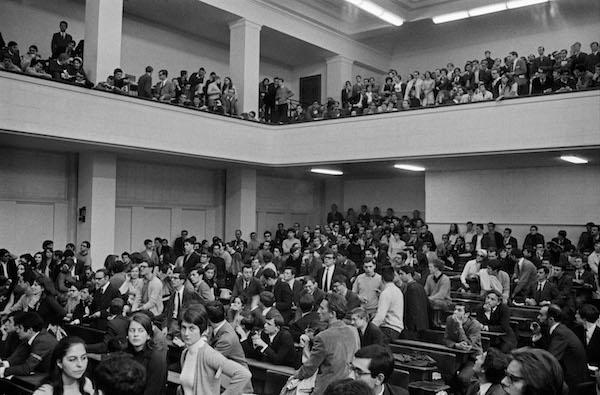 Grand débat public dans l'amphithéâtre Boutmy (photo: Bruno Barbey)