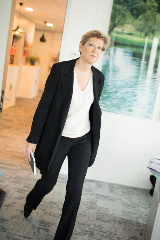 Entrée il y a 25 ans dans une filiale de France Télécom, Fabienne Dulac (promo 90) est aujourd'hui directrice générale adjointe d'Orange et CEO d'Orange France, une entité dont la majorité des cadres supérieurs sont ingénieurs. Pour  Émile , elle évoque son parcours et livre sa vision du monde des télécoms. Un univers qui, confronté à une concurrence féroce, n'a eu de cesse de se réinventer au cours des 20 dernières années.