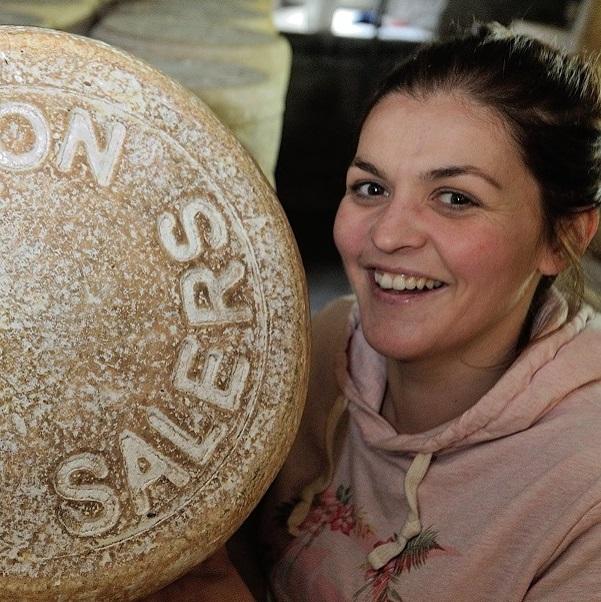Charlotte Salat - La fromagèreDe l'Auvergne à Londres en passant par Snapchat, plongez dans un monde où le fromage fait sa petite révolution avec cette fervente défenseuse du salers, « la Rolls du cantal ».