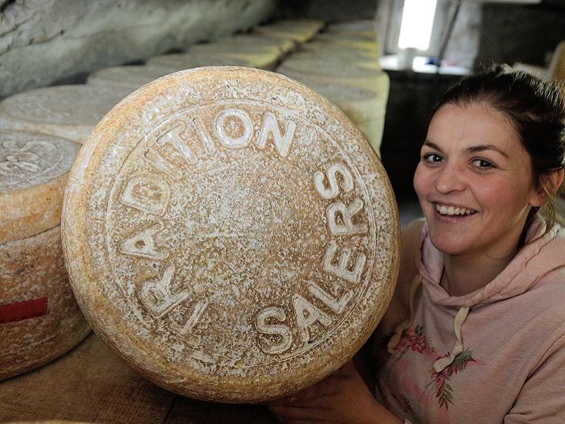 Charlotte Salat posant avec l'une de ses fourmes de salers. Crédits photo : Pierre Couble