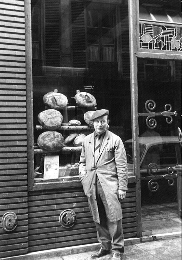 Pierre Poilâne, grand-père d'Apollonia, devant sa boutique, rue du Cherche-Midi.