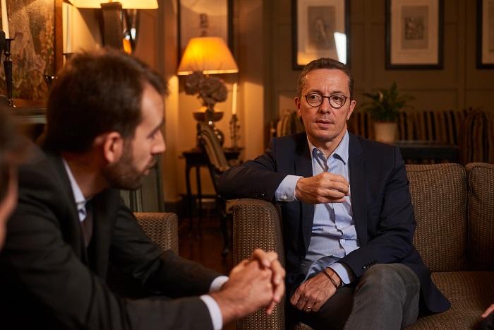 « On parle beaucoup trop d'argent dans le football aujourd'hui : il est à l'image de notre économie mondialisée. » - — Jacques-Henri Eyraud, président de l'OMGrégoire Potton et Jacques-Henri Eyraud, interviewés par Émile (crédit : Manuel Braun) | Interview réalisée à l'hôtel Le Saint