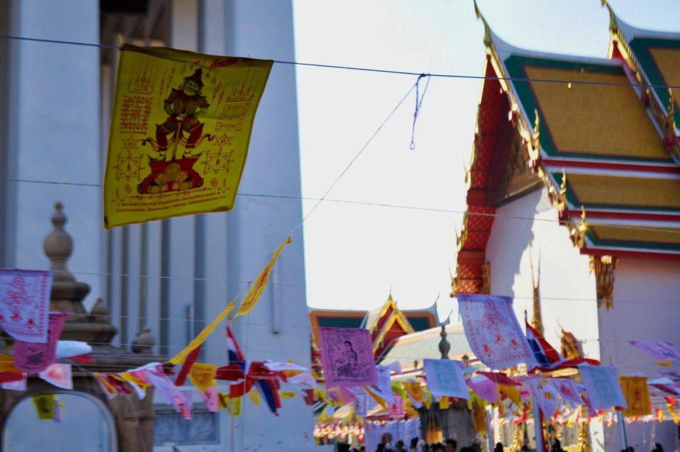Drapeaux de prière bouddhistes dans l'enceinte du Palais Royal de Bangkok en Thaïlande (crédits photo : Maïna Marjany)