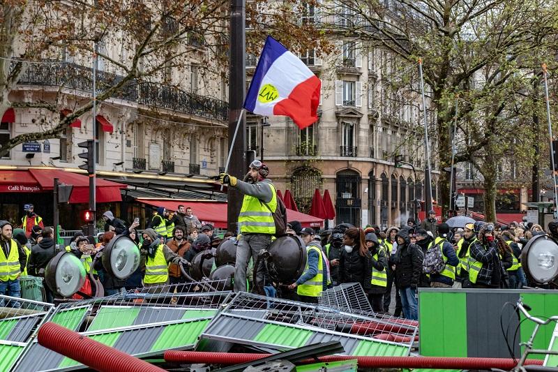 Gilets jaunes et barricades © Shutterstock