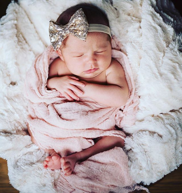 I love, love this Zoe's newborn pics!!! Thank you so much @stephaniebisom for taking them! 💜