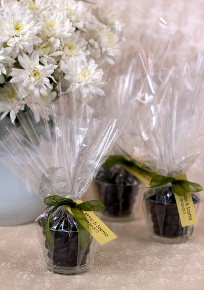 DIY wedding favours: candy in a votive candle holder