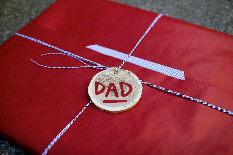 Father's Day gift: Red kraft paper with blue bakers twine, grid fabric tape and wood tag | Corinna Wraps