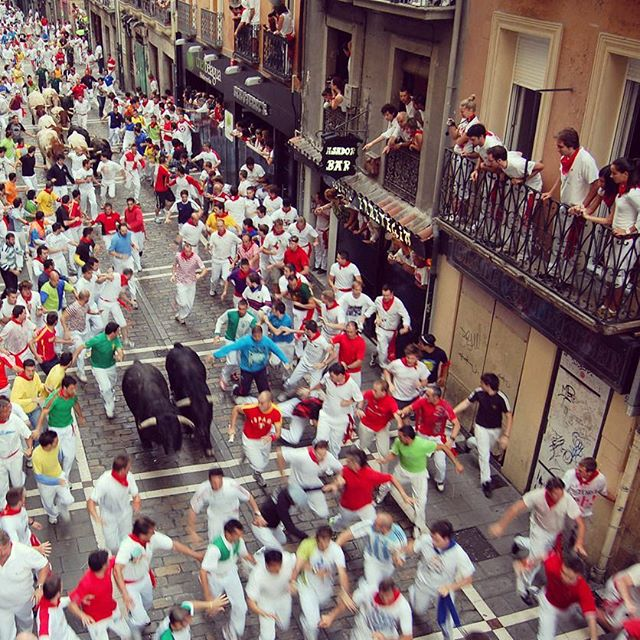 Best way to see all the action of the Bull run, from the balconies above. Our packages can take you there in 2017.🐃 www.runningwiththebullsinsidertours.com  #bucketlist #adventure #travel #bestparty #balconyparty #festival #crazy #weekend #insidermoments #mustdo #booze #drinking