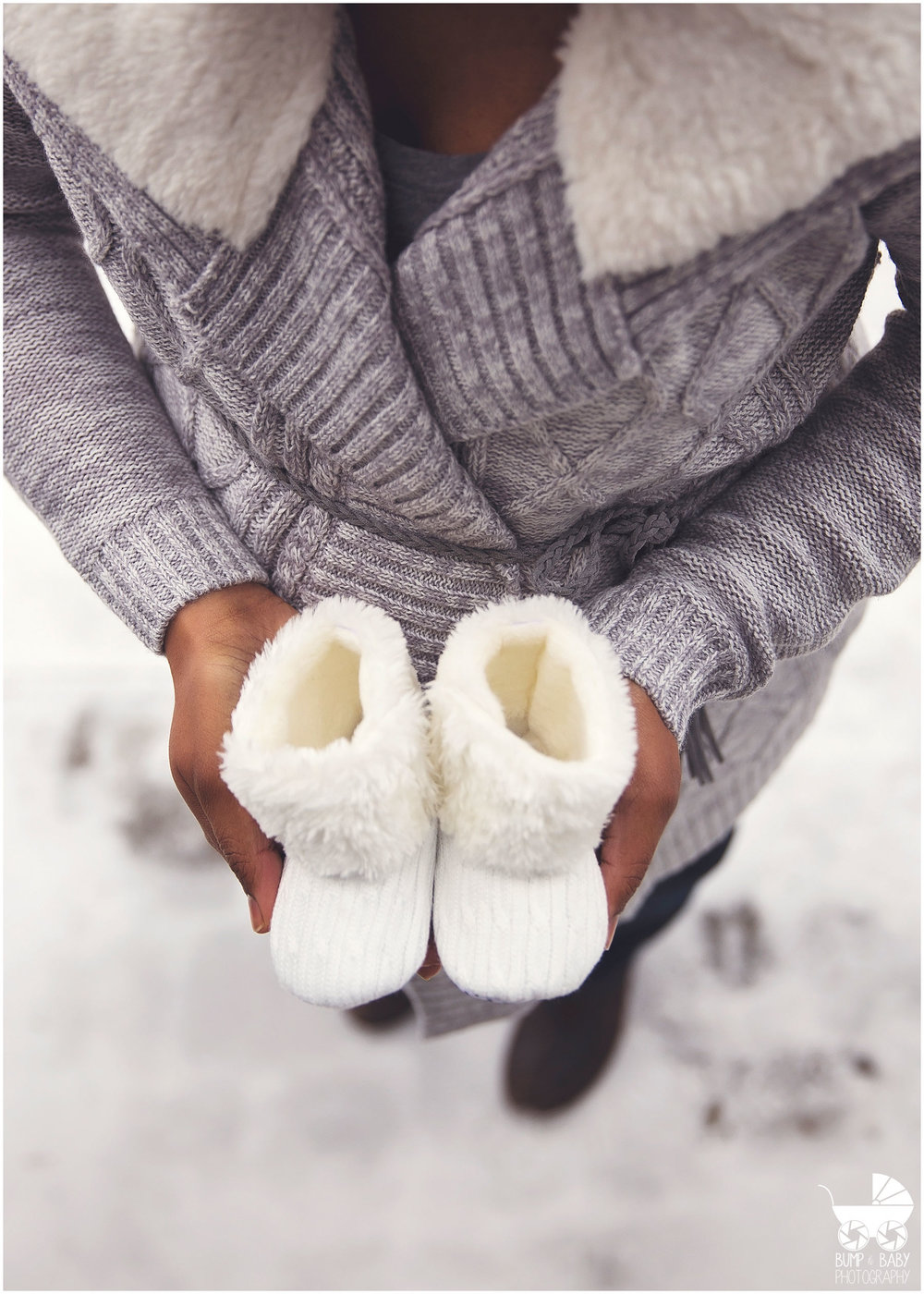 Maternity-Session-Outdoor-in-winter-with-baby-boots.jpg