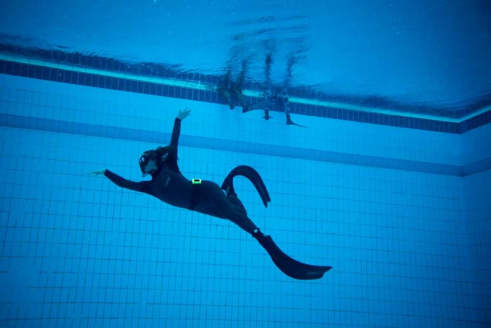 Sophie beim Freediving Kurs im Pool.