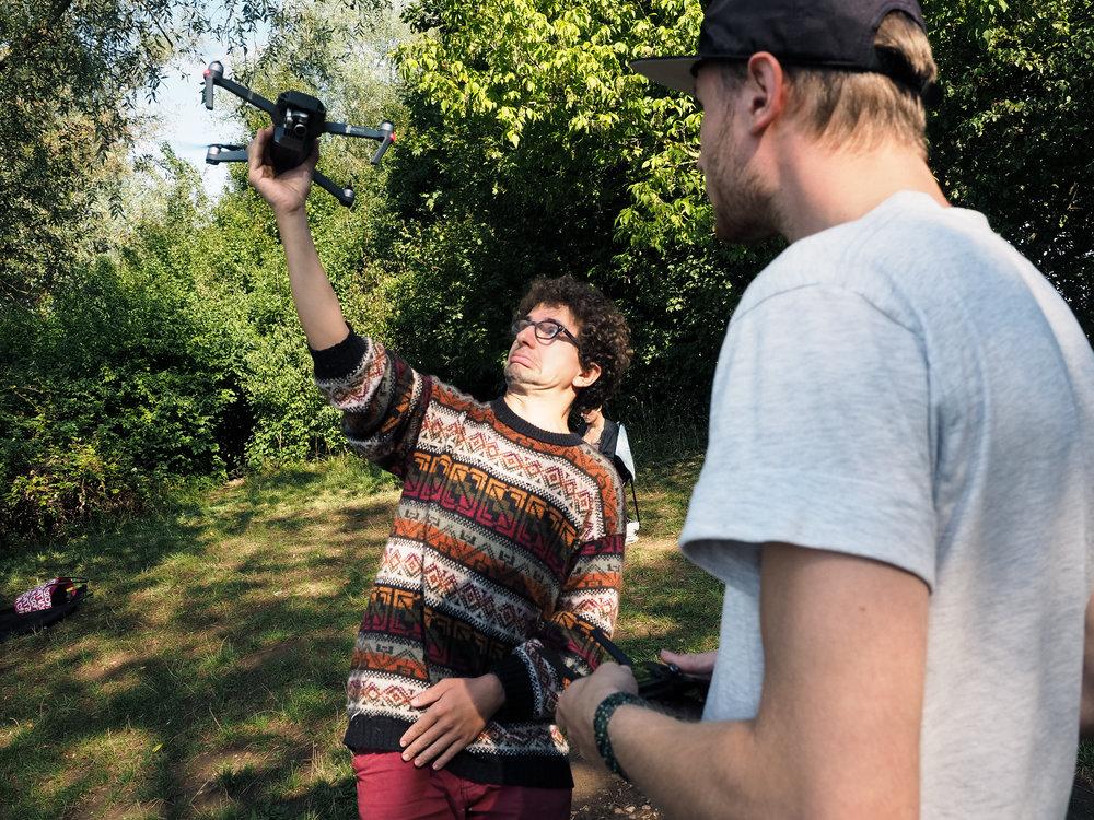 Stephan beim souveränen Landen seiner Drohne in Adrians Hand.