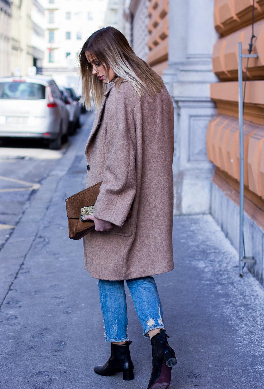 COAT  H&M  / JEANS, BAG, SHOES  ZARA  / SHIRT  MARX CLOTHES  / CASE  MMORE CASES