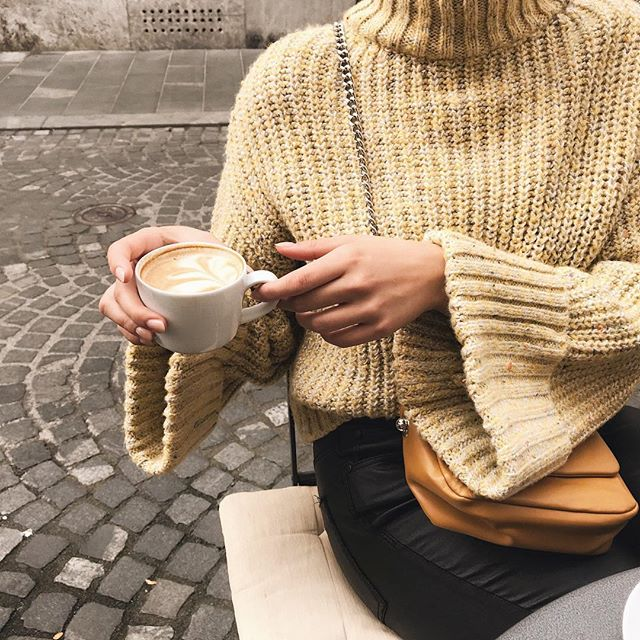 I like big sleeves and I cannot lie. ✨ #ootd #coffeetime #bloggerstyle #streetstyle