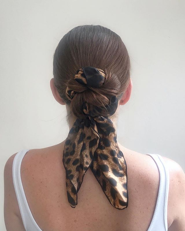 Knotted 🔗 • • #hairstyle #trend #hairaccesories #knot #brunette #topshop #ghdhair #summertime #headscarf #style #hairinspo #oribe #ouia #mane #leopard  #prints #hair #maneaddicts #accessories #leopardprint #hair