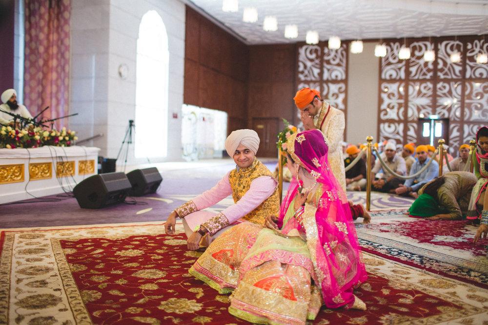 destination-wedding-photography-dubai-into-candid-gurudwara-rv-041.jpg