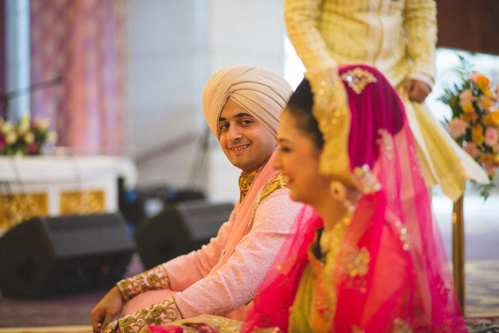 destination-wedding-photography-dubai-into-candid-gurudwara-rv-047.jpg