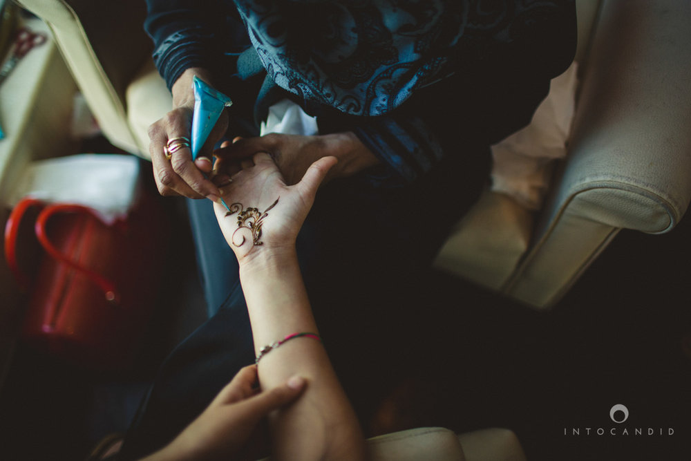 01-dubai-destination-wedding-into-candid-photography-mehendi-pr-07.jpg
