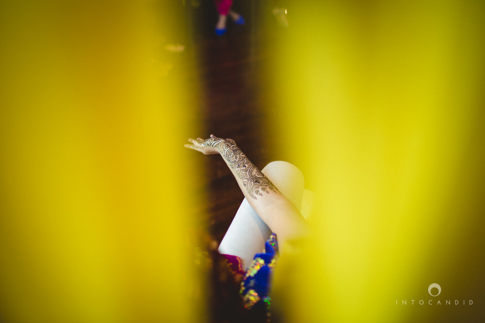 01-dubai-destination-wedding-into-candid-photography-mehendi-pr-21.jpg
