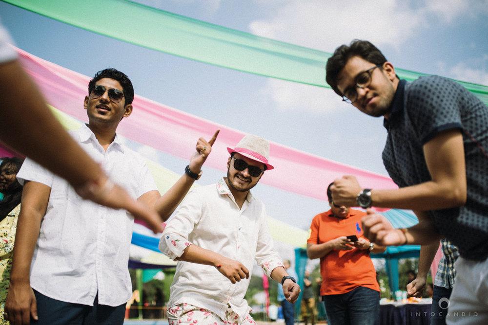 candid_wedding_photographer_mumbai_outdoor_gujarati_wedding_photographer_ketan_manasvi_19.jpg