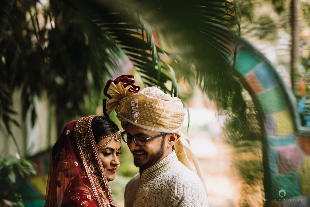 candid_wedding_photographer_mumbai_outdoor_gujarati_wedding_photographer_ketan_manasvi_33.jpg