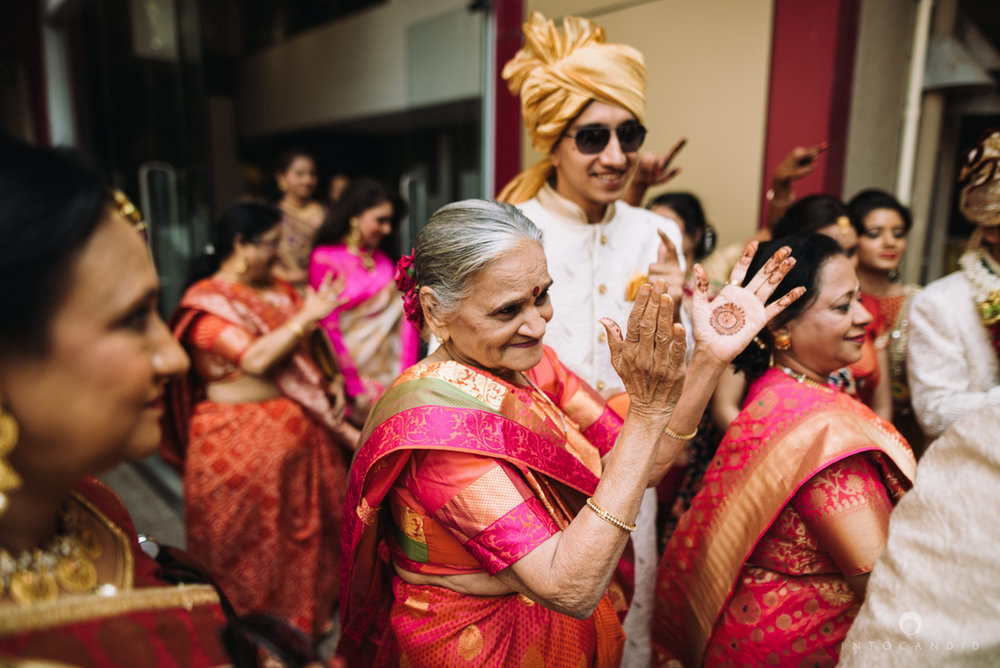 candid_wedding_photographer_mumbai_outdoor_gujarati_wedding_photographer_ketan_manasvi_35.jpg