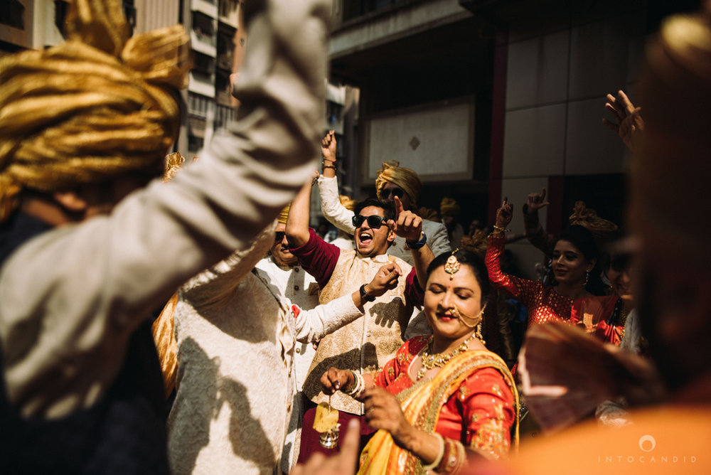 candid_wedding_photographer_mumbai_outdoor_gujarati_wedding_photographer_ketan_manasvi_36.jpg