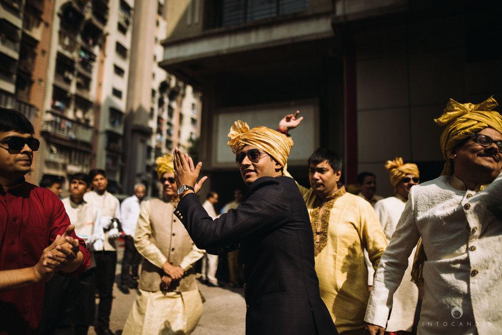 candid_wedding_photographer_mumbai_outdoor_gujarati_wedding_photographer_ketan_manasvi_37.jpg