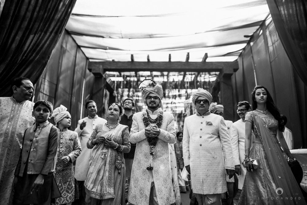candid_wedding_photographer_mumbai_outdoor_gujarati_wedding_photographer_ketan_manasvi_44.jpg