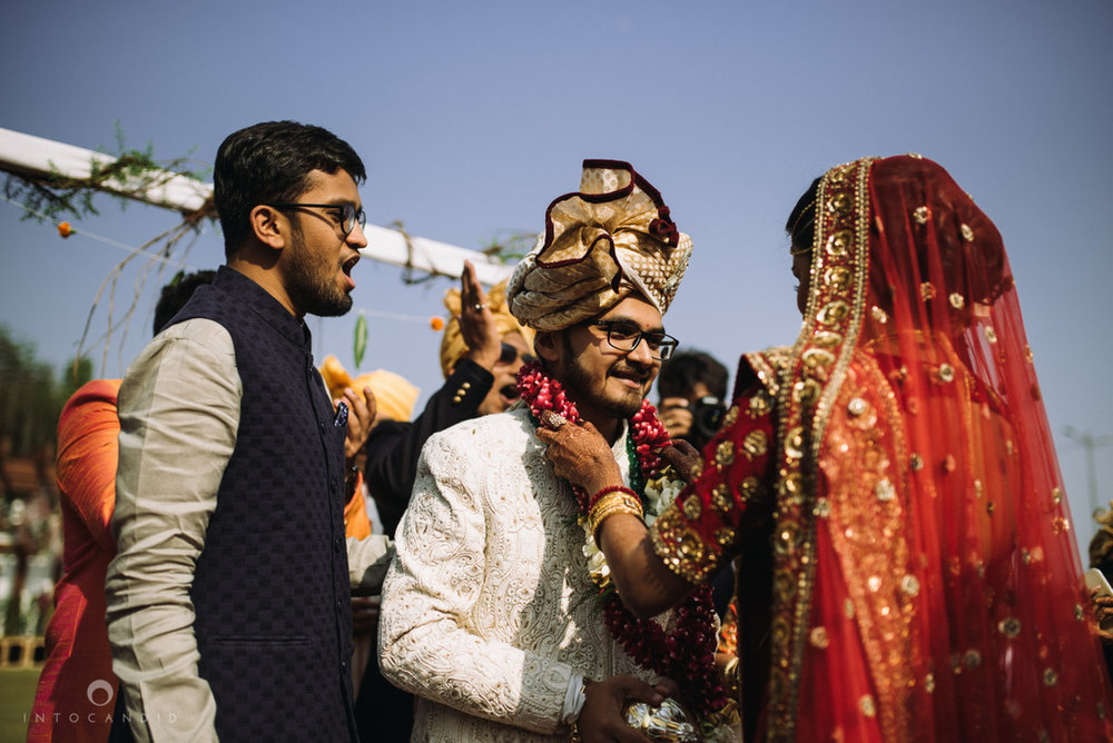 candid_wedding_photographer_mumbai_outdoor_gujarati_wedding_photographer_ketan_manasvi_49.jpg
