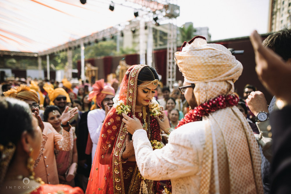 candid_wedding_photographer_mumbai_outdoor_gujarati_wedding_photographer_ketan_manasvi_50.jpg
