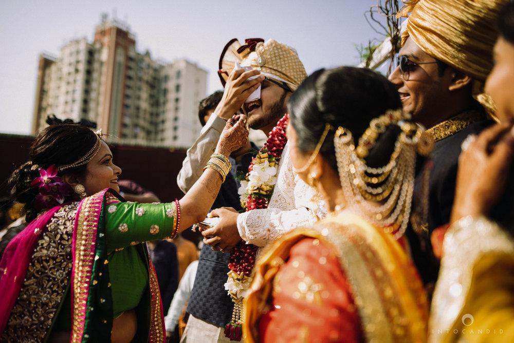 candid_wedding_photographer_mumbai_outdoor_gujarati_wedding_photographer_ketan_manasvi_51.jpg